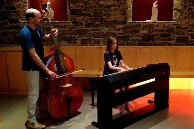 10-letni Izak navdušil Slovence: Na klavir je zaigral Hallelujah!