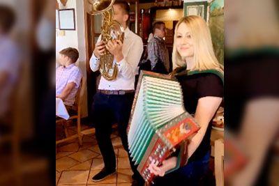 V gostilni je zaigrala na harmoniko: To je nastop, ki obkroža Slovenijo!