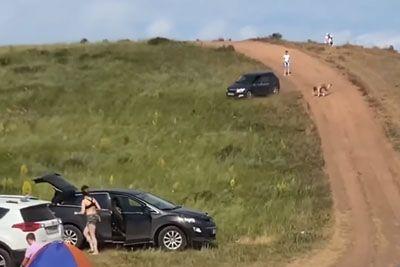 Vozniku je na hribu ušel avtomobil: Posneli so pravo grozljivko!