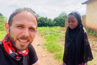 Popotnik v Afriki srečal siroto: Tako vesela je bila, ko ji je podaril igračo!