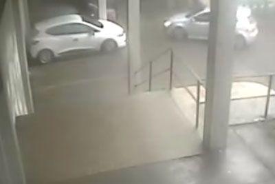 Drama na Hrvaškem: Voznik za las pobegnil pred padajočim kosom strehe!