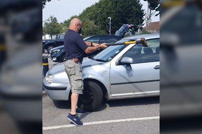 Moški prijel sekiro, nato je razbil steklo na avtomobilu: Rešil je ujetega kužka!
