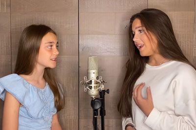 Sestrici navdušili z ganljivim nastopom: Zapeli sta pesem, ki jo pozna ves svet!