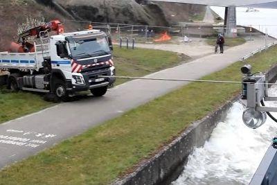 Tovornjak je obtičal v blatu, rešili so ga kar z ladjo
