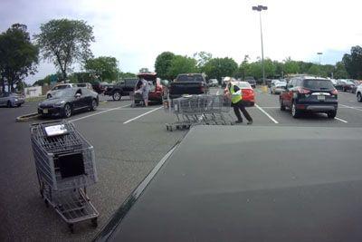 Drama na parkirišču: Nakupovalnih vozičkov in mogel ustaviti!