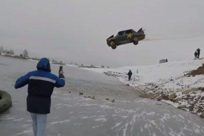 Nor podvig iz Rusije: Z avtomobilom je skočil v zamrznjeno jezero!