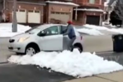 Pred hišo je ukradel paket, nato je med begom obtičal v snegu