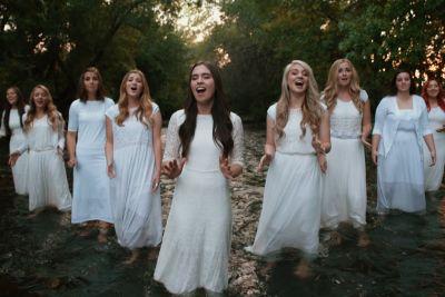 9 deklet zapelo pesem