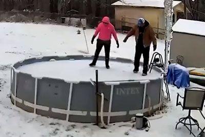 Stali so na takem ledu v bazenu, nato so vsi skupaj padli v vodo