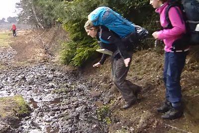Pohodnica skočila čez lužo, nato je z obrazom pristala v blatu