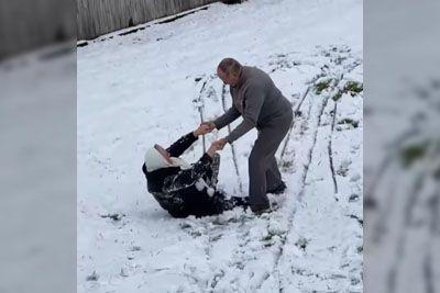 Babica se je sankala po snegu: Posnetek je prava doza dobre volje!