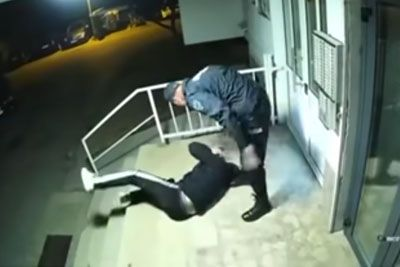 VIDEO: Policista v BiH pretepla mladeniča, ker je kršil policijsko uro