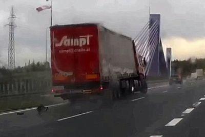 Dramatičen posnetek s poljske avtoceste: Tovornjaku je razneslo gumo!