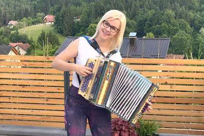 Darja Gajšek ob harmoniki zapela uspešnice, ki jih je prepeval Lojze Slak