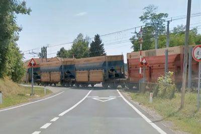VIDEO: Šok na slovenski cesti: To se je zgodilo ob prihodu tovornega vlaka!