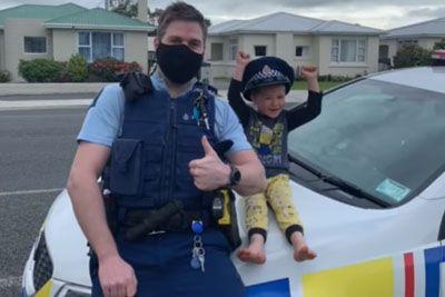 4-letnik poklical policiste, da bi jim pokazal igrače: Tako so ga presenetili!